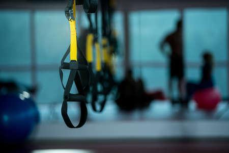 자체 체중으로 작업하기위한 Trx 피트니스 스트랩 스톡 콘텐츠