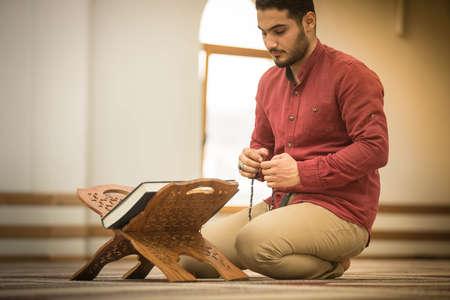 Religious muslim man praying inside the mosque 版權商用圖片