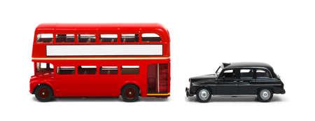 Rode Londense bus en taxi op wit wordt geïsoleerd