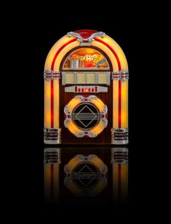 Retro jukebox-radio die op zwarte achtergrond met bezinning