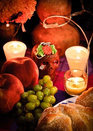 dia de muerto: Ofreciendo como parte de la celebraci�n del d�a de la muerte Dia de los Muertos en M�xico con pan de molde del cr�neo de chocolate Muerto y flores en el fondo Foto de archivo