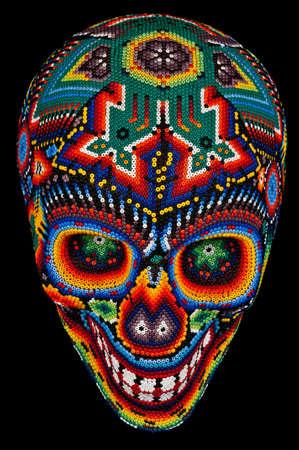 블랙에 죽은 고립의 날의 멕시코 전통 huichol 구슬 예술, 기호에서 다채로운 구슬로 장식 된 해골