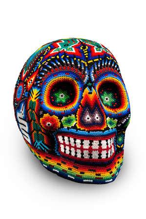흰색에 죽은 고립의 날의 멕시코 전통 huichol 구슬 예술, 기호에서 구슬로 장식 된 해골