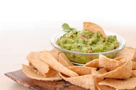 Fresh guacamole with corn tortilla chips Standard-Bild