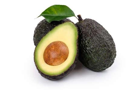 Verse Avocado twee hele en een gehalveerd geïsoleerd op wit Stockfoto