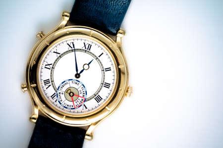 numeros romanos: Primer reloj de pulsera analógico sobre fondo blanco