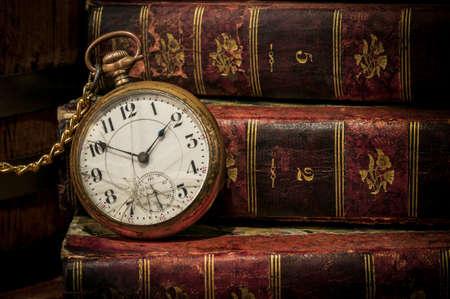 cadena rota: Reloj de bolsillo antiguo sobre libros antiguos en Low-key, concepto copia espacio de tiempo, m�s all� de la fecha l�mite o Foto de archivo