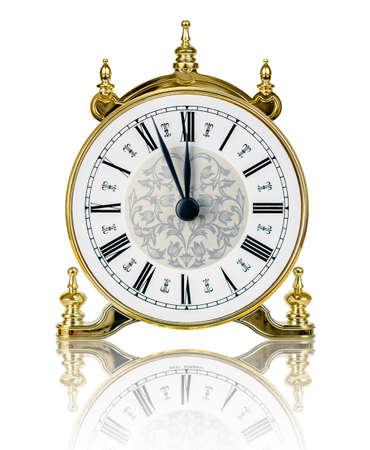 Klassieke klok bijna op twaalf geïsoleerd op witte achtergrond