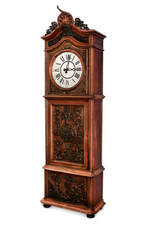 Antieke staande klok met elegant hout gesneden decoratie, geïsoleerd