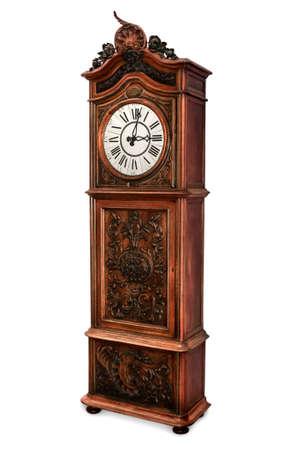 reloj antiguo: Reloj de pared antiguo con madera tallada elegante decoración, aislado