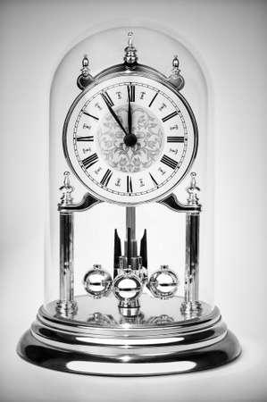 numeros romanos: Reloj clásico casi a las doce en blanco y negro