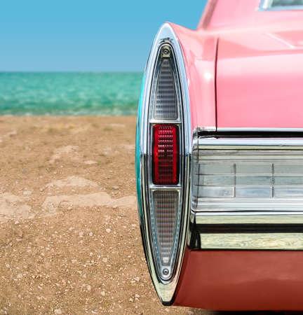 Vintage roze auto op het strand Stockfoto