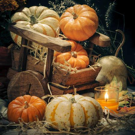 Gelukkig Halloween - Pompoenen en kaarsen stilleven Stockfoto
