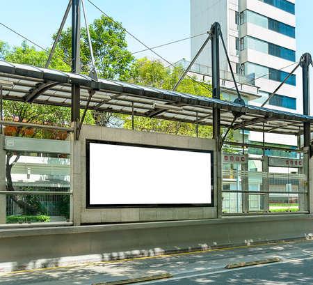 parada de autobus: Gran cartel en blanco en una parada de autob�s grande