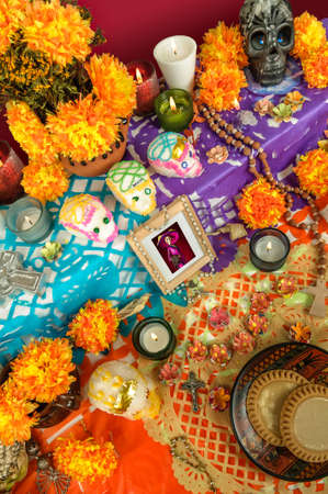 Traditional mexican day of the dead altar with catrina, sugar skulls, cempasuchil flowers and candles Imagens
