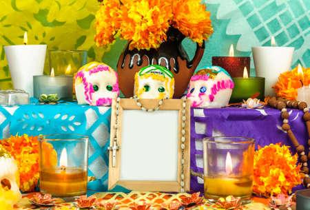 Traditionele Mexicaanse dag van de doden altaar met suiker schedels kaarsen en lege fotolijst Stockfoto