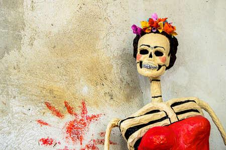 Dag van de doden traditionele Mexicaanse Catrina skelet op oude muur