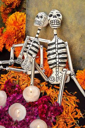 Traditionele Mexicaanse Dag van het dode altaar met skeletten en kaarsen