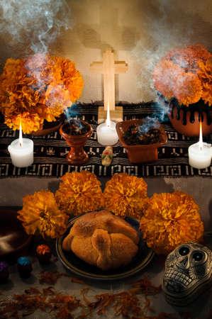 Traditionele Mexicaanse Dag van het dode altaar met pan de muerto en kaarsen