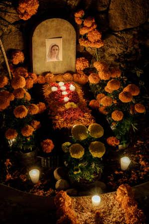 蝋燭と死んだ祭壇の伝統的なメキシコの日 写真素材