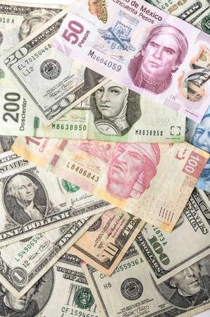dollaro: Dollari e Peso messicano fatture assortiti contanti mucchio sfondo