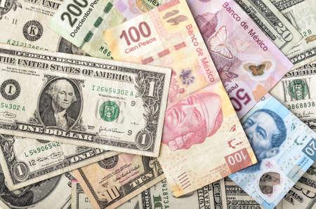 efectivo: Dólares y Pesos mexicanos facturas surtidas pila de efectivo fondo Foto de archivo
