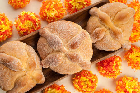 Sweet bread called Bread of the Dead (Pan de Muerto) enjoyed during Day of the Dead festivities in Mexico. Banque d'images