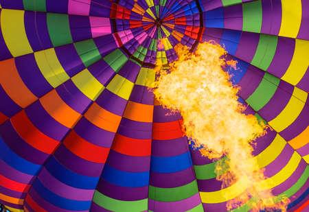Ballon, het licht van de vlam binnenkant van een hete luchtballon wordt opgeblazen
