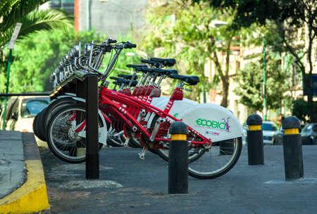 turismo ecologico: CIUDAD DE MÉXICO  MEXICO - FEBRERO 23 de 2016: Fila de las bicicletas de ciudad en alquiler en la Ciudad de México