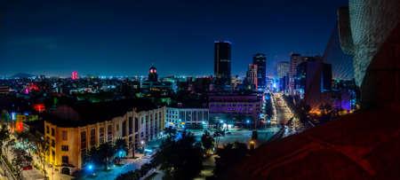 skyline centrum van Mexico-Stad 's nachts vanaf de top van de revolutie monument