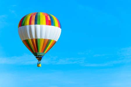 Bunter Heißluftballon mit blauem Himmel und Text-Raum