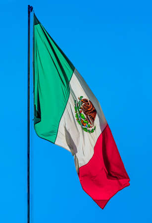 bandera mexicana: Mexicana tejer la bandera en el cielo azul