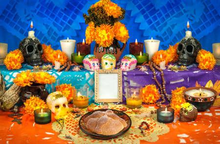 Dag van het dode altaar met suiker schedels en kaarsen Stockfoto