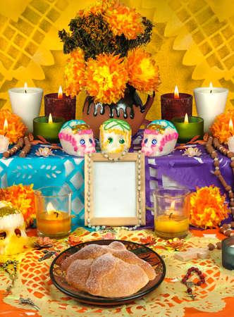 Jour de l'autel morts avec des crânes en sucre et des bougies