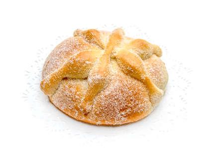 """Zoet brood genoemd Brood van de Doden """"Pan DE Muerto"""" genoten tijdens Dag van de Dode festiviteiten in Mexico, Geïsoleerd op witte achtergrond."""