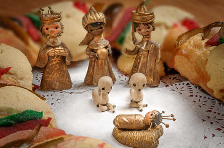 portal de belen: Epiphany Cake, kings cake, or Rosca de reyes with manger on wooden table
