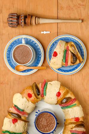 Driekoningencake, Koningencake, Rosca de reyes, Chocolade Stockfoto