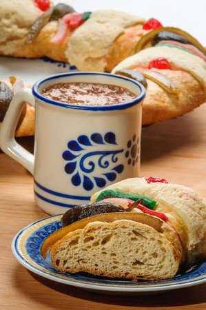 Chocoladebeker met Epiphany-cake, Kings-cake, Roscon de reyes of Rosca de reyes