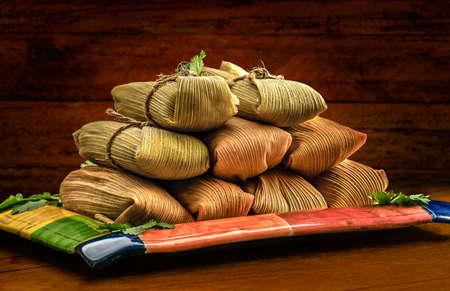Tamales, Mexicaans gerecht gemaakt met maïsdeeg, kip of varkensvlees en chili, omwikkeld met een maisblad Stockfoto