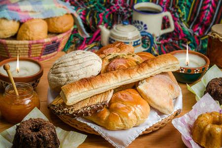 甘いパン盛り合わせ伝統的なメキシコのパン屋さん