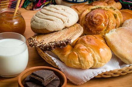 Süßes Brot sortierte traditionelle mexikanische Bäckerei Standard-Bild - 75614311