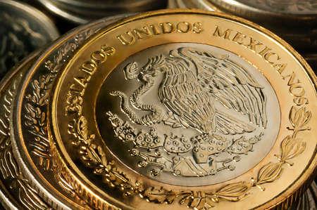 Una moneta del peso messicano impilata sul lato dell'aquila Archivio Fotografico