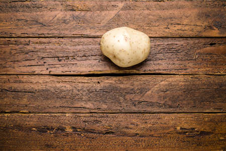 Top view fresh organic potato on wooden table top Imagens