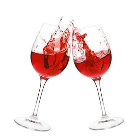 Rode wijn splash in twee glazen, geïsoleerd op een witte achtergrond Stockfoto