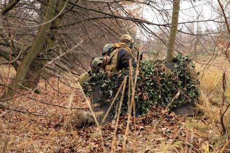Soldados juego en terreno de entrenamiento militar (el campamento de Batlle). Planificación de las tácticas militares, el debate de la guerra. Foto de archivo - 4027311