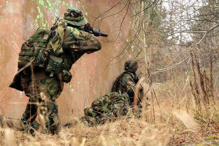 clash: Soldados de camuflaje en juego en terreno de entrenamiento militar (el campamento de Batlle). Foto de archivo