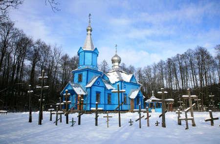 profesar: Iglesia Ortodoxa pintoresco azul sobre un tala de los bosques, cubiertos de la nieve. Paisaje de invierno. Importante lugar de culto en el peque�o pueblo Koterka, al este de Polonia.