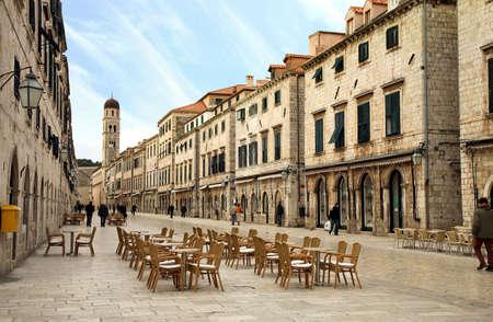 ufortyfikować: Strada Dubrownika. W Strada jest głównym ulicy handlowej i gromadzenie w obszarze miasta Dubrownik w Chorwacji. Główne ulicy wczesnym rankiem.