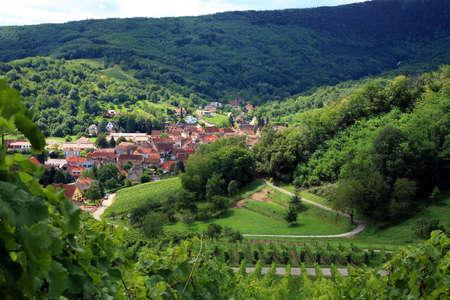 Route des Wein im Elsass - Frankreich, Dorf in Vogesen. Vineyard. Französisch Land.