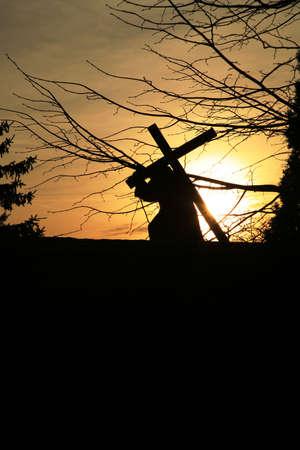 Figur des Jesus mit dem Kreuz. Blick auf die Silhouette bei Sonnenuntergang. Empty space for text.